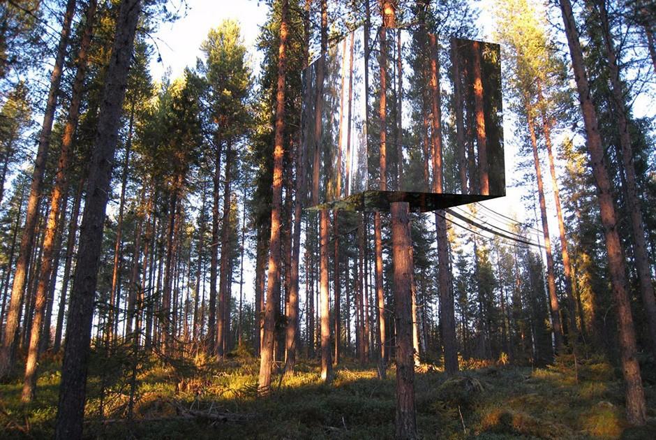Этот кубический дом, задуманный как отель, растворяется между стволами деревьев. Из-за зеркальных панелей сооружение практически незаметно. А это значит, что постояльцы в полной мере ощутят невесомость и сольются с природой.