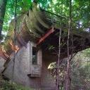 На фасаде этого дома, «сросшегося» со стволами деревьев, можно найти самые разные геометрические фигуры. Эллипс, треугольник, прямоугольник, трапеция — все это переплетается самым причудливым образом и делает сооружение динамичным.